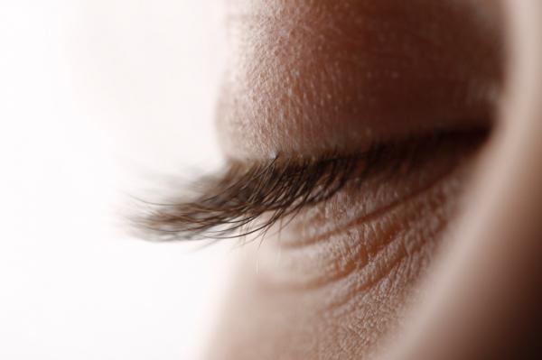 a felső szemhéjon fehér növekedés
